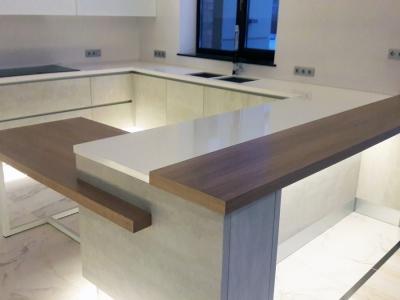 Три уровня горизонтальных поверхностей в кухне: поверхность основной рабочей столешницы, стола и барной стойки