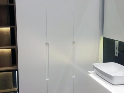 Система открывания шкафов и подвесной тумбы в ванной комнате без видимых ручек