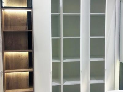 Высокие шкафы в ванной комнате встроены в нишу