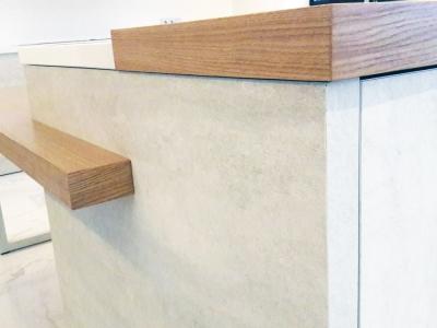 Торец боковой стенки полуострова также облицован керамикой