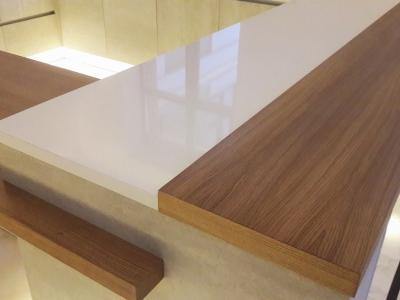 Столешница барной стойки и стола изготовлена из мдф шпонированного дубом
