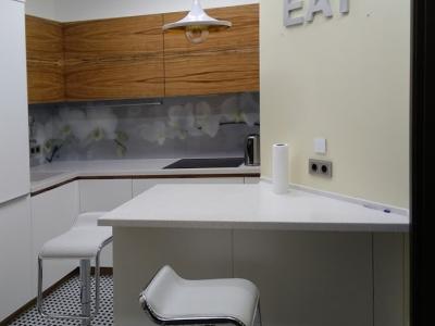 Современная кухня с полуостровом установлена в небольшое узкое пространство