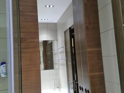В корпусе ванной комнате вырезались отверстия для розеток, умывальника