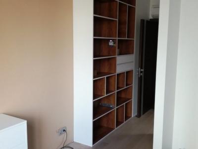 Открытый стеллажный шкаф имеет дизайнерское сочетания кромочных материалов с корпусом ящиков