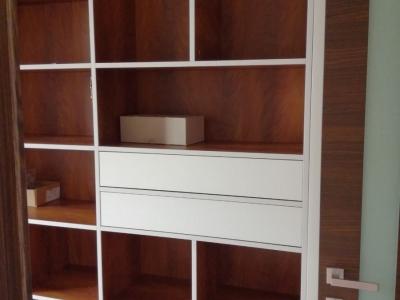 Все материалы корпуса стеллажа  подобраны к фактурам межкомнатных дверей, отделки помещения