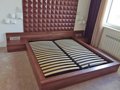 Двуспальная кровать задняя панель в одном стиле изготавливалась по заданию архитектора