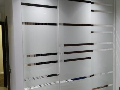 Эксклюзивный встроенный шкаф имеет специальную немецкую систему закрывания