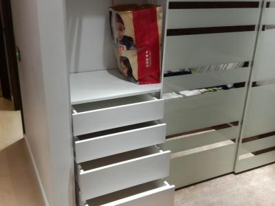 Выдвижные шуфляды шкафа имеют плавное закрывание с доводчиком
