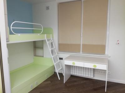 Детская комната содержит нужную корпусную мебель для нормальной функциональной жизнедеятельности 2 детей
