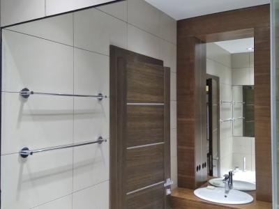 Ванная комната изготавливалась по эскизам архитектора, встроена  полностью вплотную к  стенам помещения