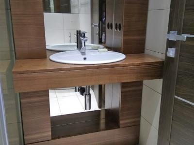 В зеркале ванной комнате специально вырезались отверстия под сантехнические трубы