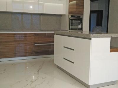 Глянцевый шпон и белая эмаль создают богатую роскошь кухни