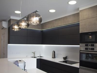 Верхний уровень кухни также имеет встроенную LED подсветку
