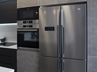 Большой холодильник сайд  бай сайд из нержавеющей стали поддерживает общую стилистику кухни