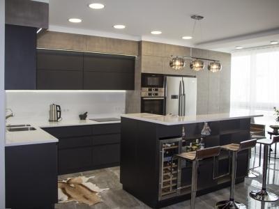 Как и все наши объекты, данная кухня изготавливалась по индивидуальному проекту, с обязательным техзаданием для строителей, в результате чего кухня идеально встроена в один уровень с потолком и стенами помещения