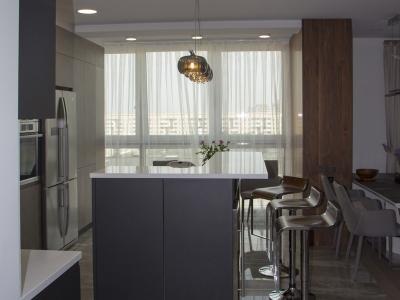 Барная стойка разграничивает зону кухни и гостиной