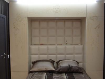 обрамляющие шкафы вокруг спальной зоны с рисунком