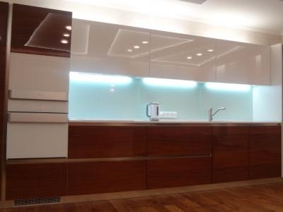 усиленная подсветка под верхними шкафами кухни