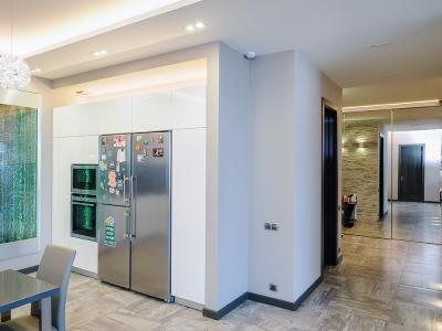 холодильник SBS установлен в общую секцию с техникой