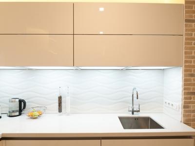 Фасады из акрилового пластика обладают  более лучшим глянцем