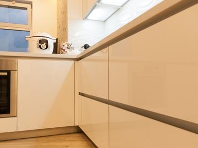 Для открывания ящиков используются нишевые алюминиевые профили volpato