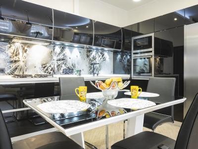 футуристический стол сложной формы отлично сочетается с общим дизайном кухни