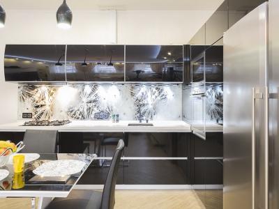 бытовая техника расположена в стеке шкафов для удобства