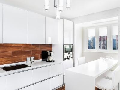 угловая модификация кухни  с продольной барной стойкой, выходящей на балкон, объединенный с помещением кухни.