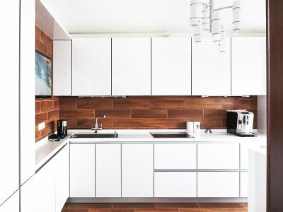 высокая база верхних шкафов не только позволяет хранить большой объем продуктов и посуды, но также отражает свет от окна, делая помещение визуально больше.