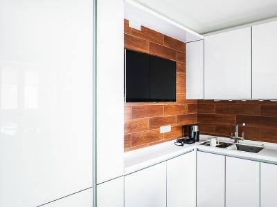 плоская tv-панель размещена с расчетом возможности открывания углового шкафа.