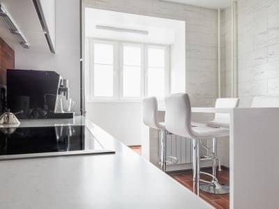 ширина стойки позволяет полностью задвигать стулья, тем самым освобождая пространство между кухней и стойкой.