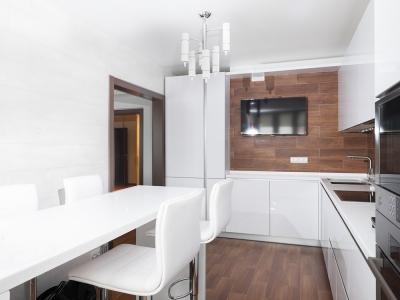 конструкция кухни рассчитывалась из наличия широкого дверного проема, чтобы не мешать заходящим при открытом холодильнике.