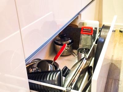 Высота нижних ящиков позволяет хранить крупную посуду- кастрюли, утятницы, сковороды и крышки к ним. Раздели фиксируют тяжелые предметы внутри, не позволяя им перемещаться внутри при открывании.