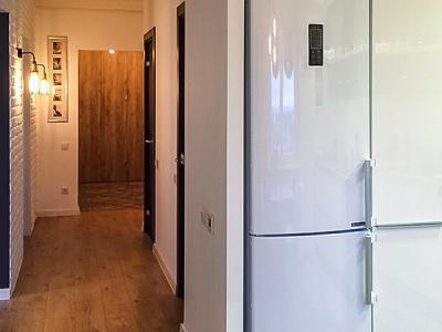 Боковая часть кухни закрыта стенкой из гипсокартона, тем самым создавая завершенность дизайна помещения.