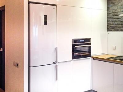 По краям холодильника предусмотрительно оставлены небольшие проемы для удобства открывания и вентиляции.