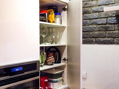Распашной шкаф для хранения c механизм скрытого открывания.