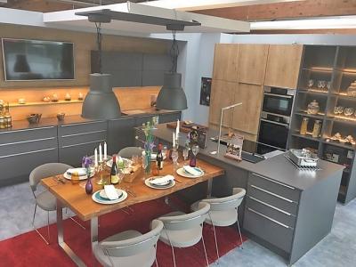 Островная кухня с дизайнерскими идеями воплотить ультрасовременный стиль в загородном доме из бруса