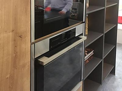 В пенальную конструкцию кухни встроена бытовая техника