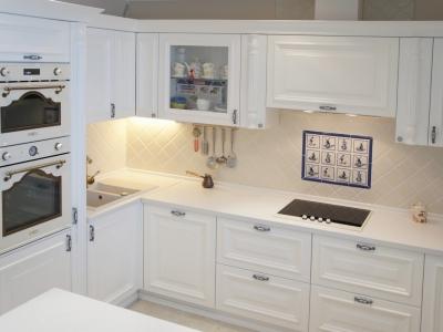 подчеркнуто современная геометрия кухни в классическом оформлении