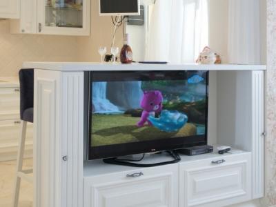 телевизонная панель встроена в островную часть кухни