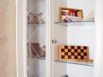 стеклянные полки для свободного доступа света внутрь