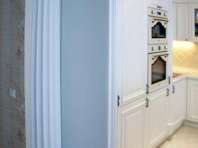 лепнина на стене кухни для антуража