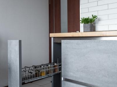 У хозяйки на кухне всегда найдутся мелкие ёмкости, которые очень удобно хранить в выдвижном карго
