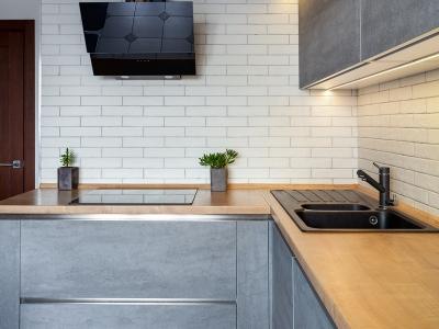 Основная LED подсветка рабочей зоны кухни врезается под верхними ящиками и дополнительная под антресолями