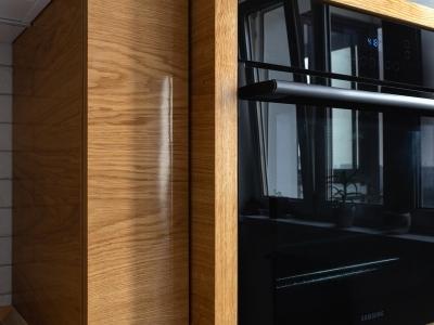 Конструкция модуля для встраивоемой техники выступает по глубине относительно фасадов пеналов