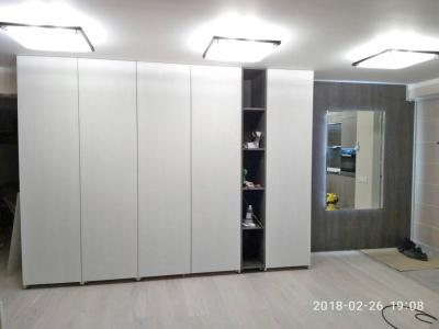 Шкафы в объединенном коридоре изготавливались под заданный заказ архитектора