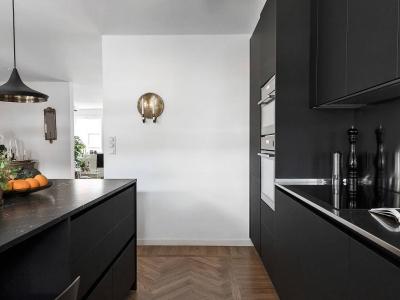 Вместе с вытяжкой, вся техника кухни встроена в кухонные ящики