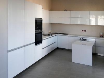 Современная функциональная кухня для большой семьи