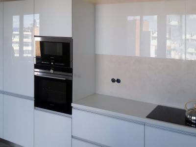 Пеналы кухни встраивают холодильник, морозильник, и бытовую технику