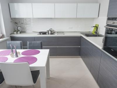 кухня выполнена в выдержанной гамме